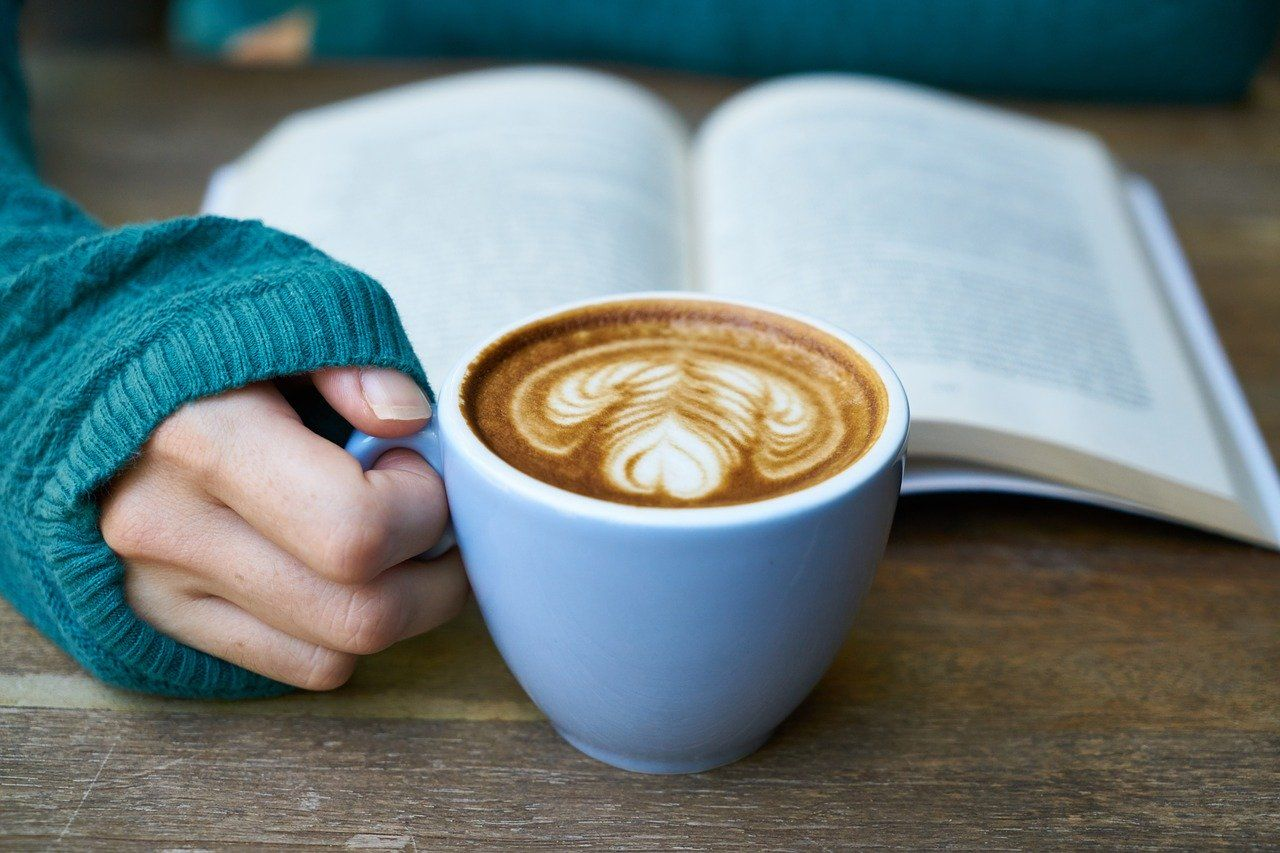 Foto bookstagrammer leyendo